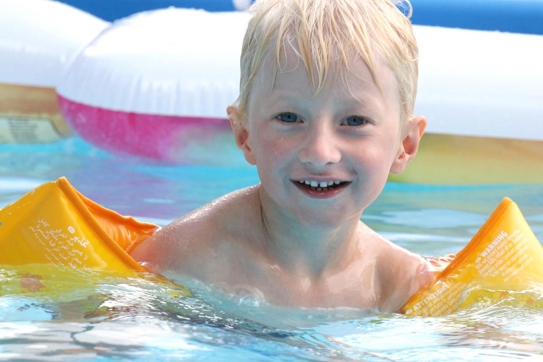 Junge im Pool 2 | Pfarrbriefservice.de